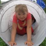 barn flicka i tunnel  xchng 476310_25180448 free morca